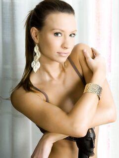 Молодая русая девчонка Agnes B с очень красивой грудью
