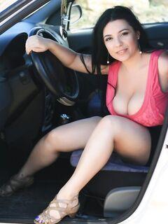 Женщина показала груди в автомобиле