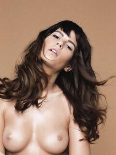 Моника Сима с натуральной грудью на фото