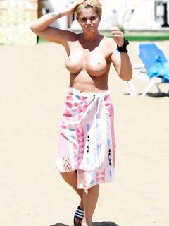 Даниэлла Уэстбрук топлес на пляже