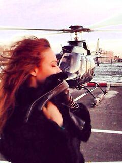 Алена Водонаева поборола свой страх и полетала на вертолете
