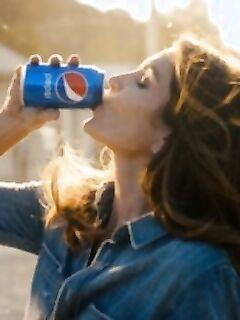 Возвращение Синди Кроуфорд на 26 лет назад в рекламе прохладительного напитка