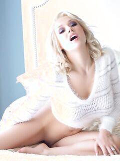 Sabrina Nichole в белоснежном свитере