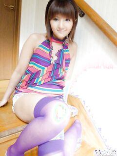 Японская девушка красуется голой на кровати