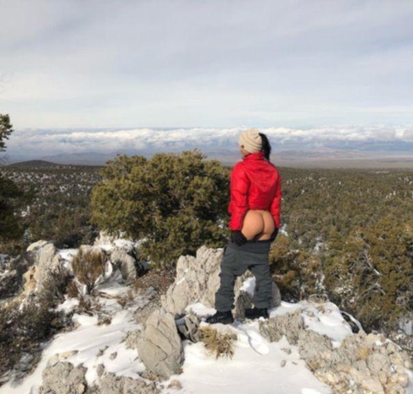 Лиззет Акоста показала попу в горах