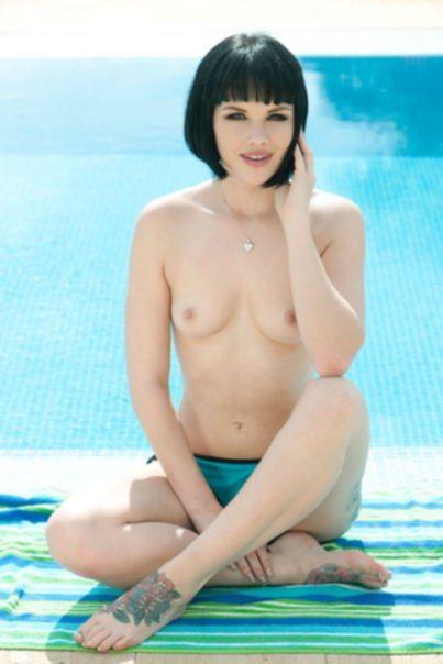 Мелисса Кларк (Mellisa Clarke) обнажилась у бассейна
