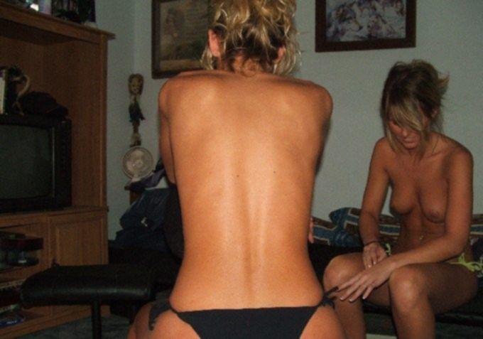 Две сестры блудницы показывают сиськи