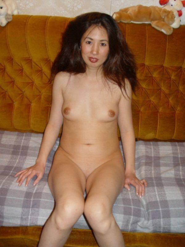Японка позирует голой по квартире