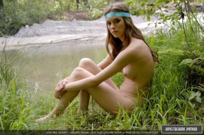 Фото голой девушки на природе
