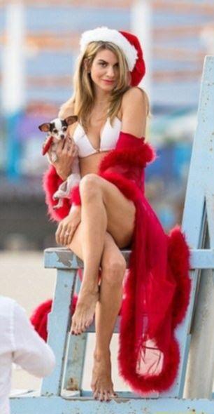 Секси-Санта: Рейчел Маккорд устроила жаркую фотосессию топлесс на Рождество