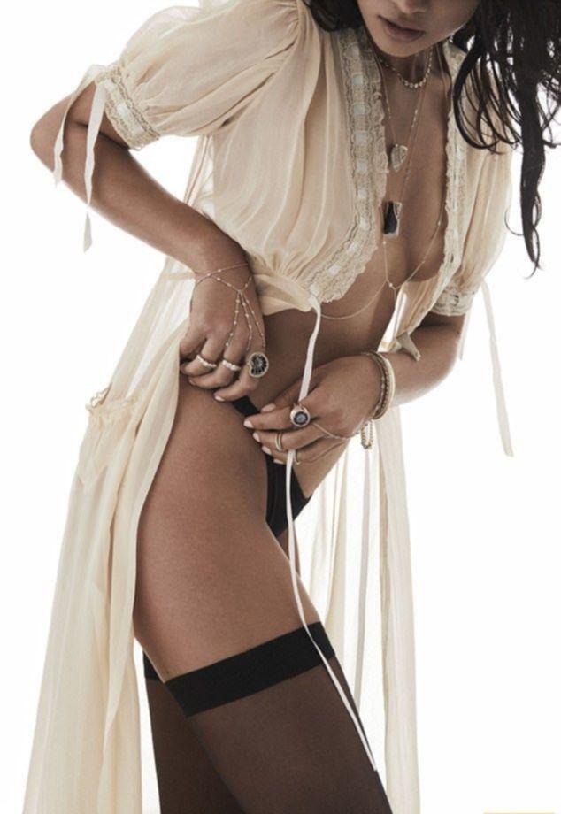 Жгучая модель Шанина Шейк позирует топлес в эротической фотосессии