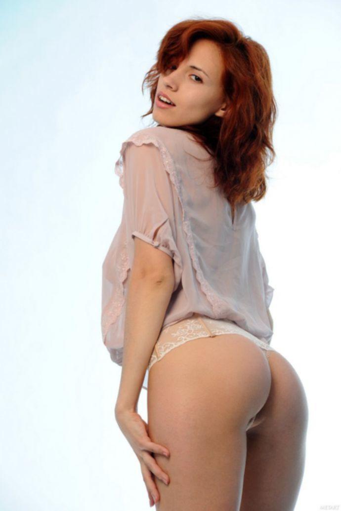 Русская рыжая девушка Leka C хвастается своей большой грудью