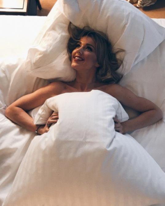 Юлианна Караулова в постели