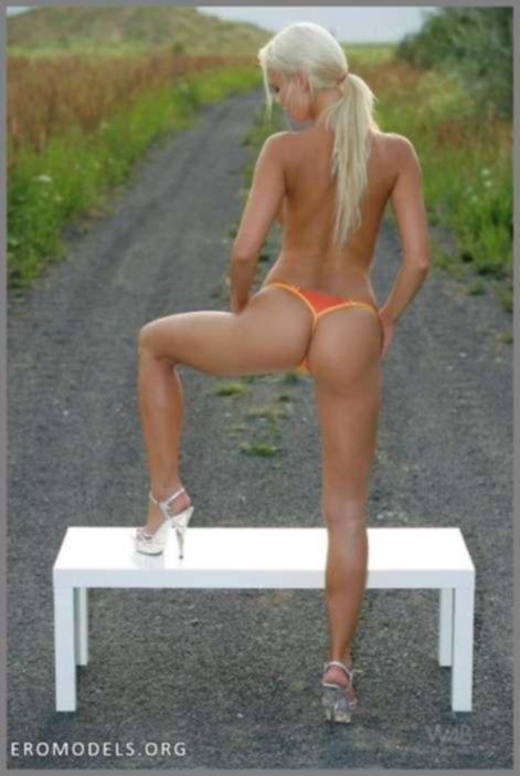 Блондинка на столе