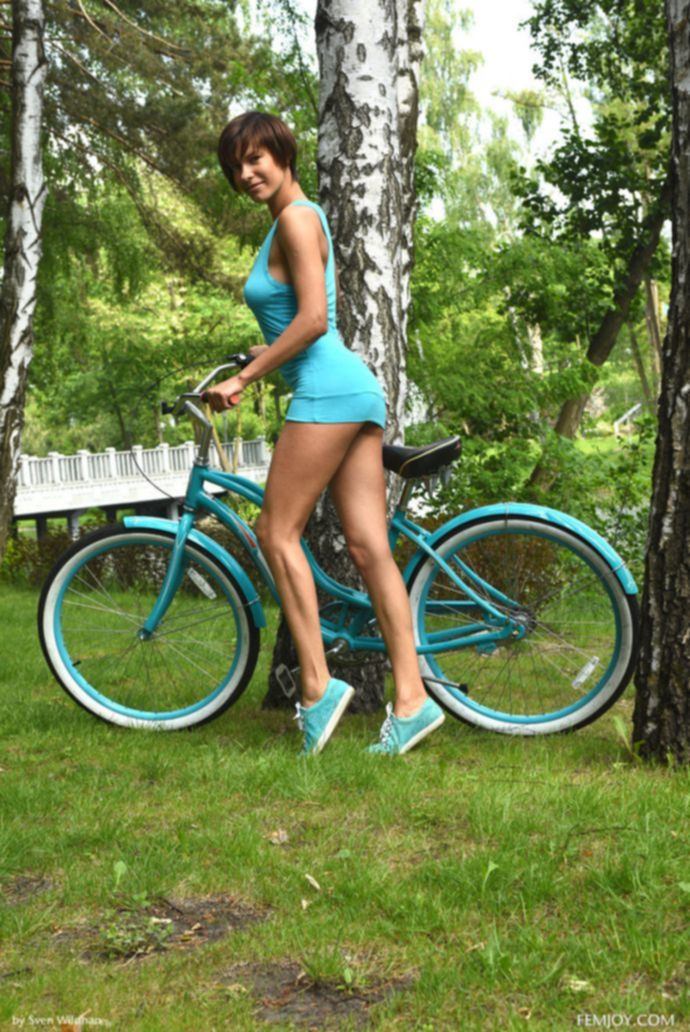 Супер бабёнка верхом на велосипеде