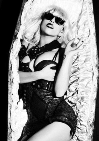 Леди Гага однажды залезла в гроб для фотосессии