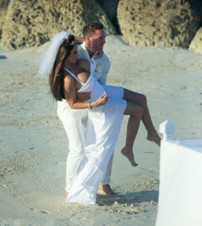 Самым интересным на свадьбе Кэти Прайс было бросание букета (эротика)