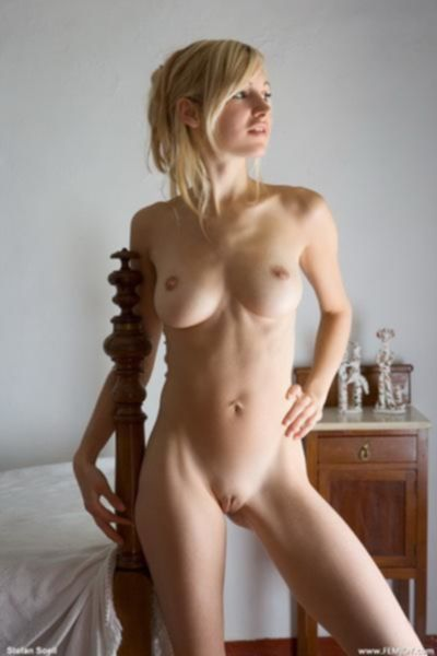 Обнажённая блондинка на кровати