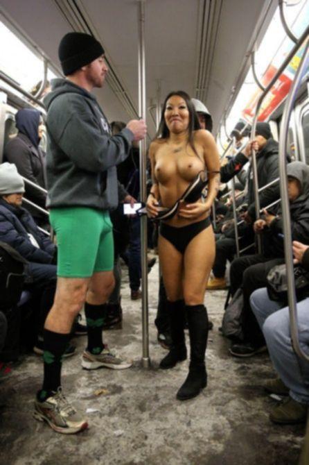 Аса Акира обнажилась в метро в Нью-Йорке