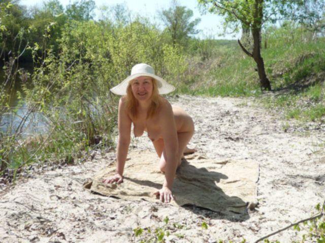 Перевозбужденная голая дама в лесу у реки