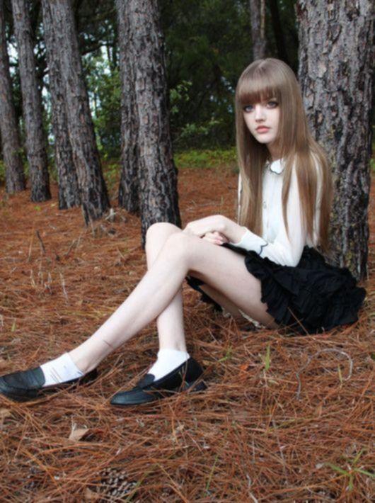 Девушка, которая смотрится как настоящая кукла