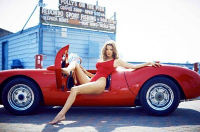Alyssa Arce на фоне дорогих машин