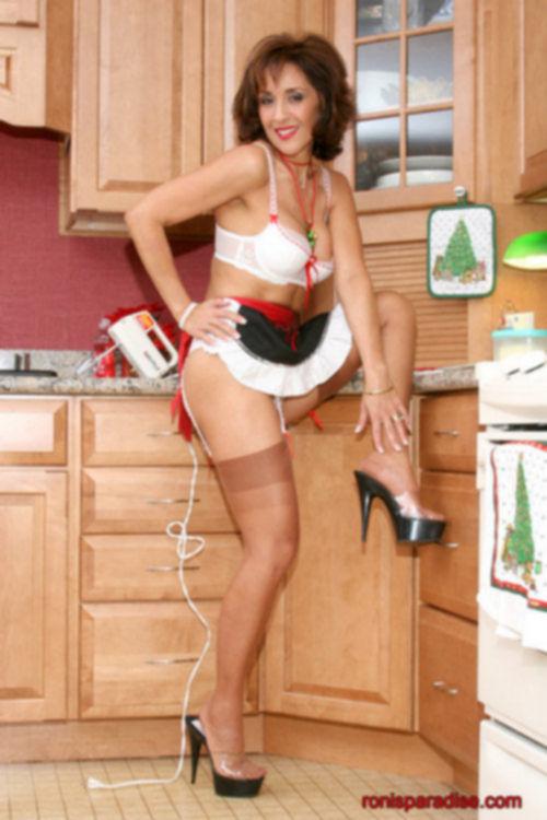 Любимая женщина в роли домохозяйки в эротическом белье