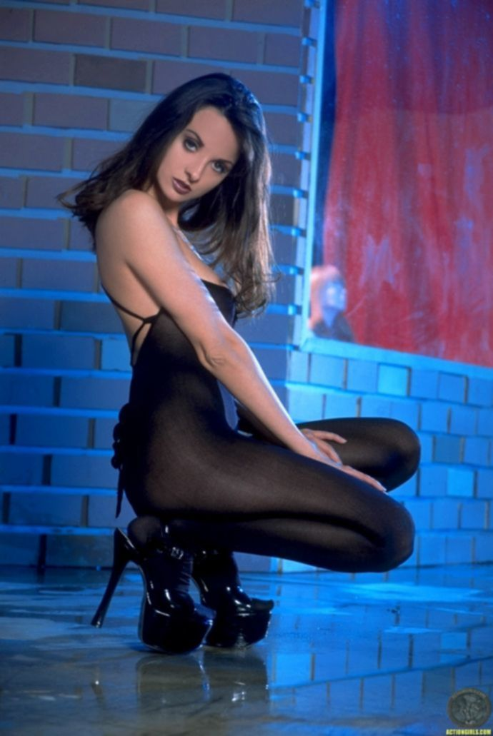 Сисястая девушка Соня в сексуальном белье у шеста разодрала штаны на заднице (16 фото)