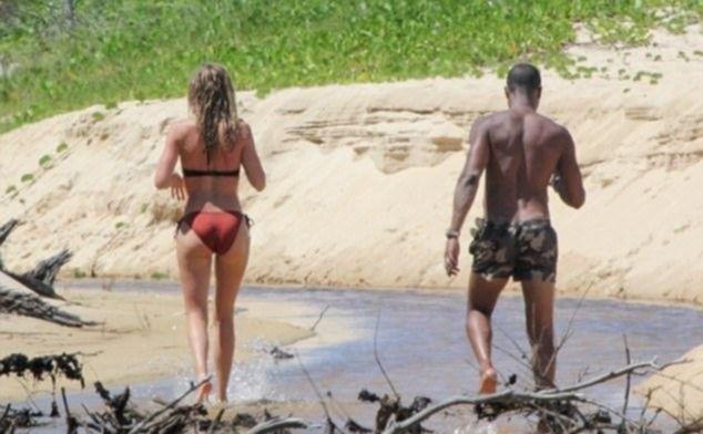 Модель Даутцен Крус обнажила женскую женскую грудь на пляже в Бразилии