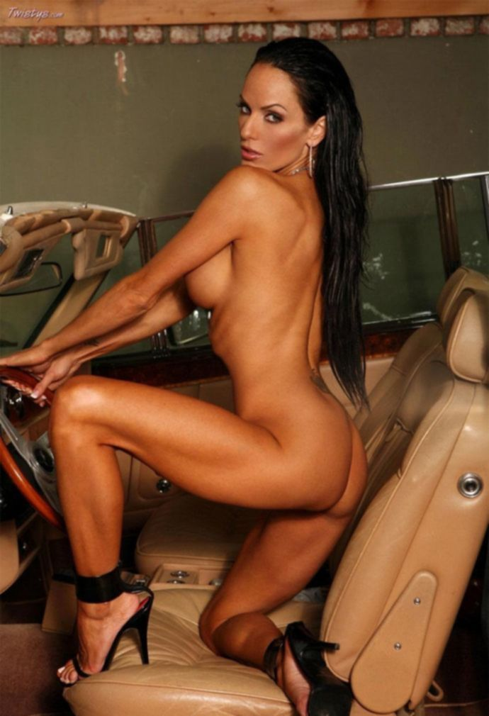Ashley Kahsaklahwee в дорогом кабриолете (21 фото)