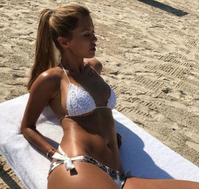 Виктория Боня продолжает дразнить пляжными снимками