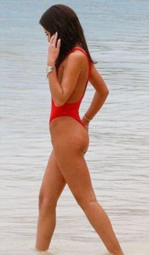 Красотка Монтана Браун повытрепывалась хорошей фигурой в купальнике
