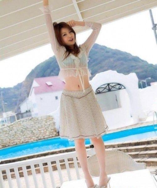 Молодая азиатка смотрится совершенно невинной, её эротический фотосет