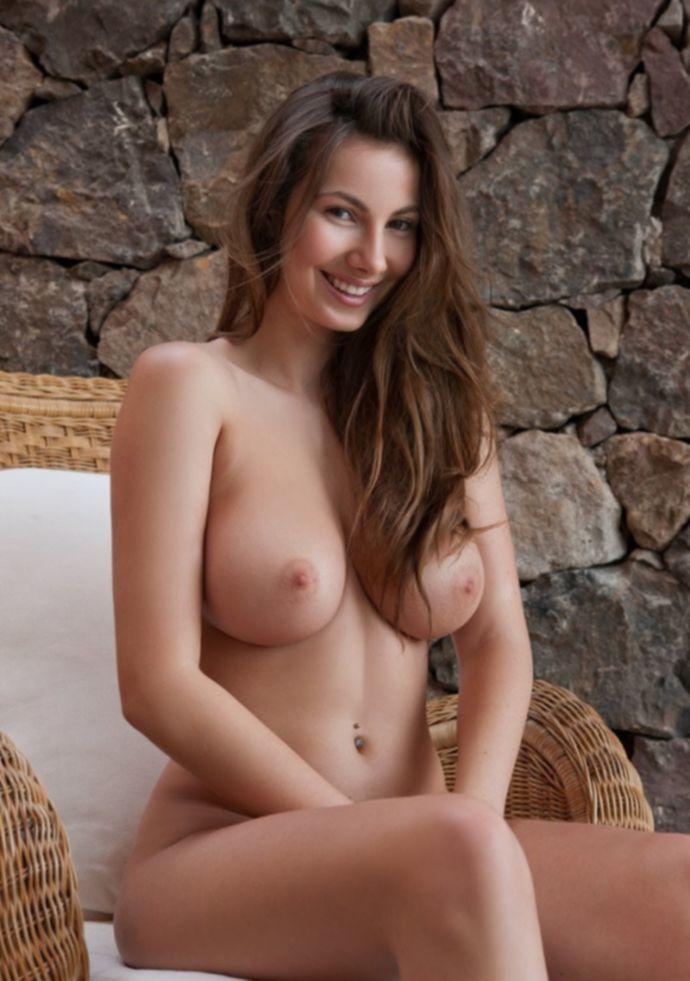 Josephine с красивой большой грудью