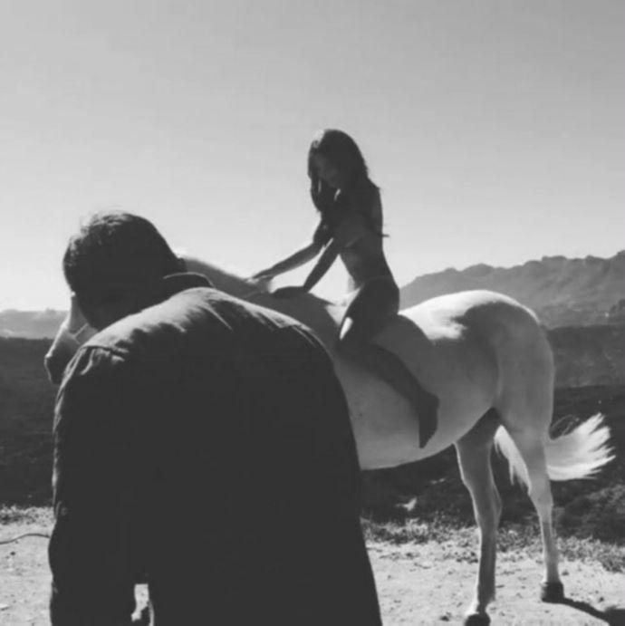 Эмили Ратаковски на белом коне
