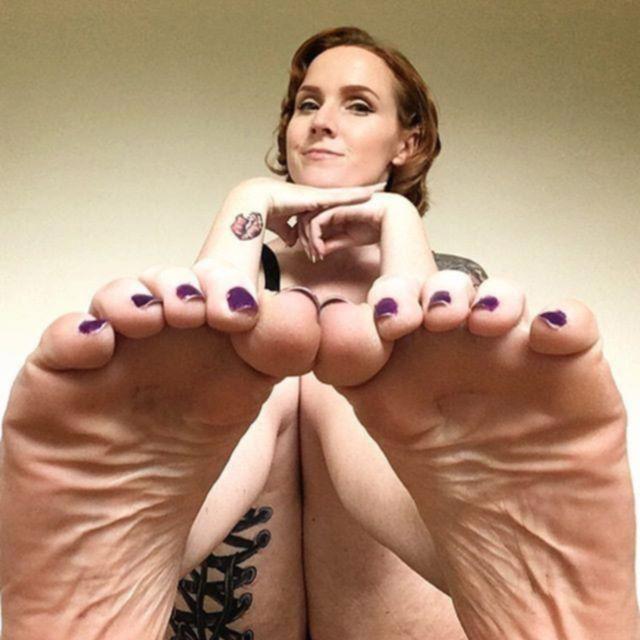 Женщина просто выкладывает в Instagram фото своих ступней и зарабатывает на этом тысячи долларов
