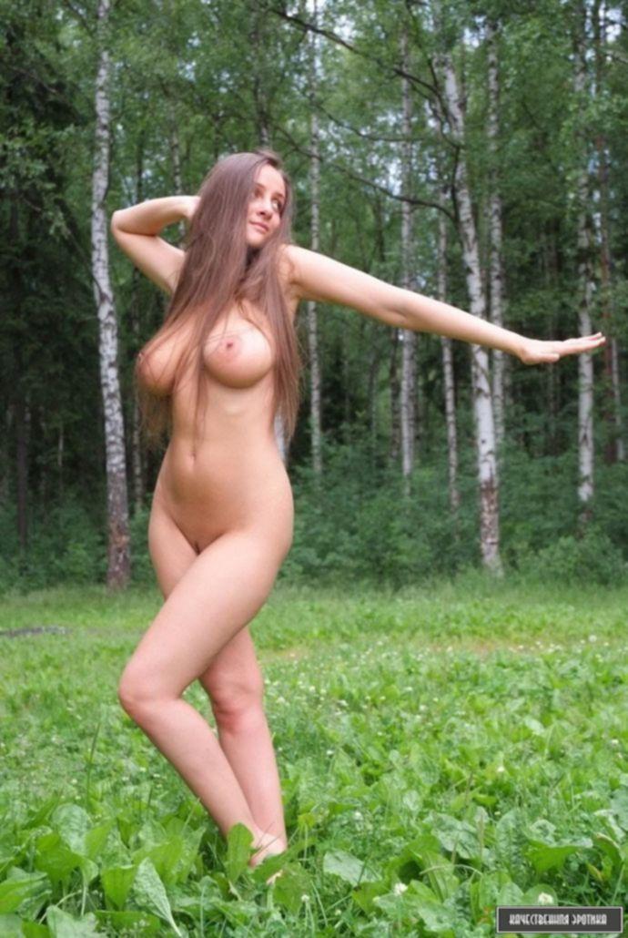 Большая зрелая грудь сексуальной особы в лесу