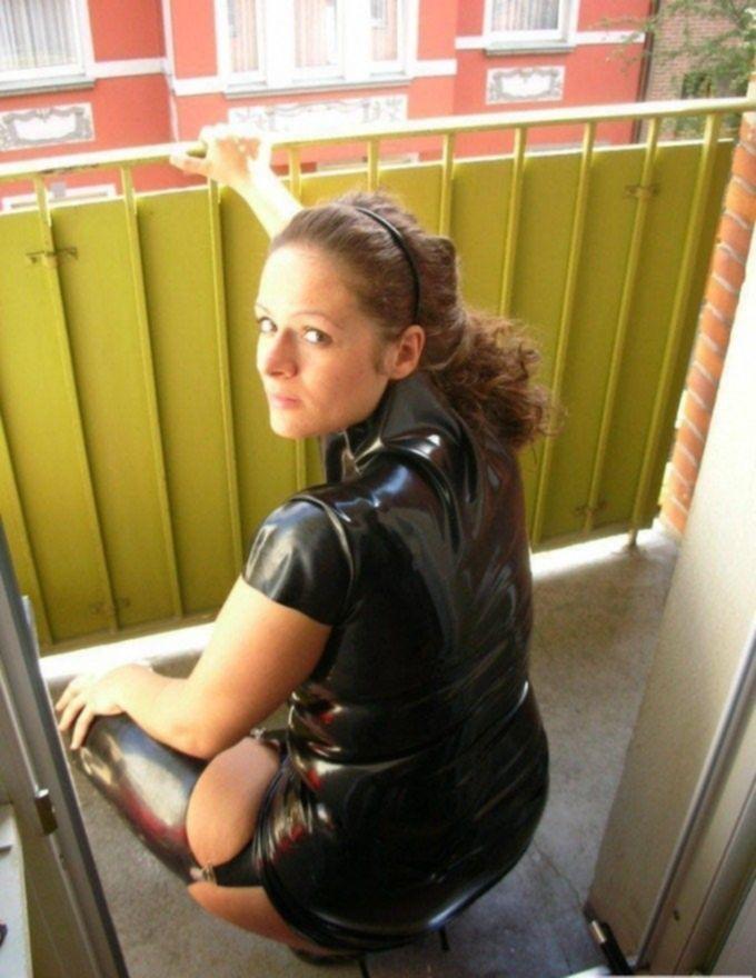 Госпожа с толстой задницей на балконе в латексе
